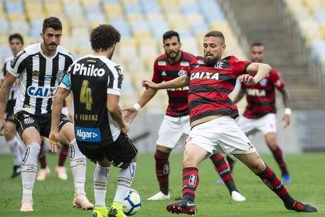 Leonardo Duarte e Victor Ferraz disputam a bola em Flamengo x Santos