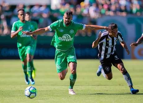 Fabrício Bruno (à esq.), da Chapecoense, e Erik (à dir.), do Botafogo, disputam a bola