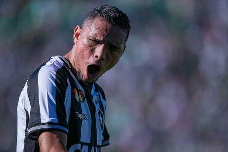 Luiz Fernando, jogador do Botafogo, comemora seu gol durante partida contra a Chapecoense