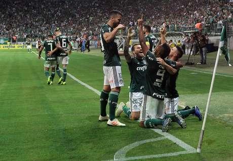 Borja comemora gol do Palmeiras com os companheiros