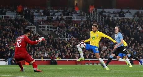 Neymar foi um dos poucos jogadores da Seleção Brasileira que levou perigo ao gol uruguaio