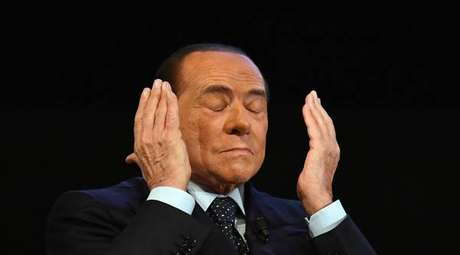 Berlusconi durante apresentação de livro em Milão, em 29 de outubro