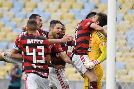 César salvou no fim e manteve o Flamengo na briga pelo título