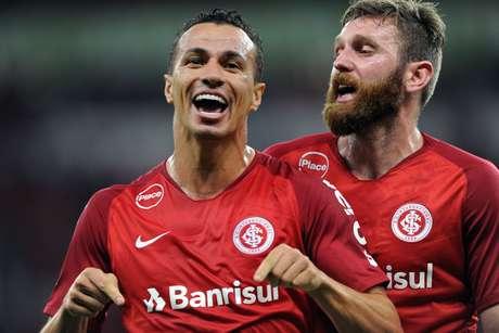 Leandro Damião comemora o primeiro gol do Internacional