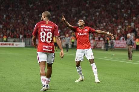Edenílson comemora gol pelo Internacional