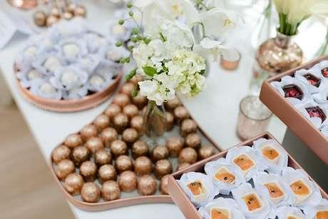 A parte dos doces e louças foi tudo no rosé gold e cobre, e os doces a maioria era no branco também