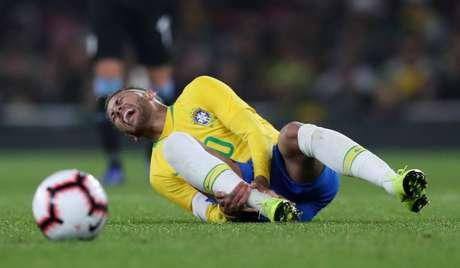 Aos 40 minutos do segundo, Cavani derrubou Neymar numa falta na lateral esquerda do ataque brasileiro; o atacante da seleção demonstrou muita dor, mas logo voltou ao jogo