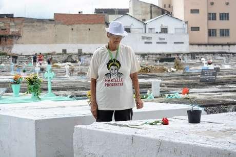 Idosa visita túmulo de Marielle Franco no dia de Finados, no Rio de Janeiro