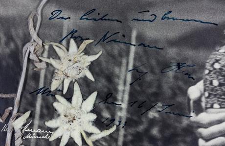"""Detalhe ampliado da foto: """"A querida (e atenciosa?) Rosa Nienau. Adolf Hitler. Munique, 16 de junho de 1933"""", diz o texto"""