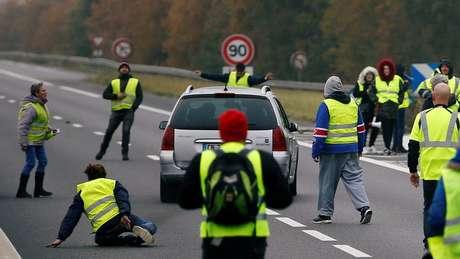 Um carro avança sobre um grupo de 'coletes amarelos', os manifestantes franceses que estão paralisando vias contra aumento do preço do diesel na França