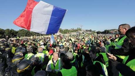 Polícia francesa tenta conter manifestantes franceses no Sul da França