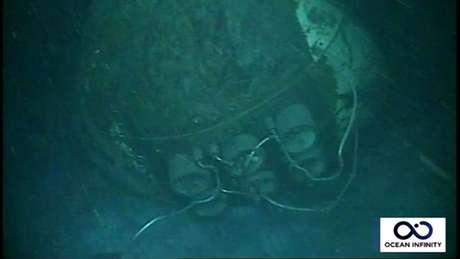 Proa do submarino foi encontrada em uma peça única, mas deformada pela pressão da água nessa profundidade. Essa era uma área habitável e onde ficavam as baterias
