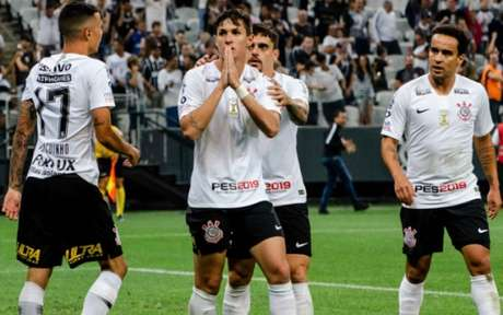 Mateus Vital se dirigiu aos vascaínos após marcar o gol (Foto: Gero Rodrigues / Ofotografico)