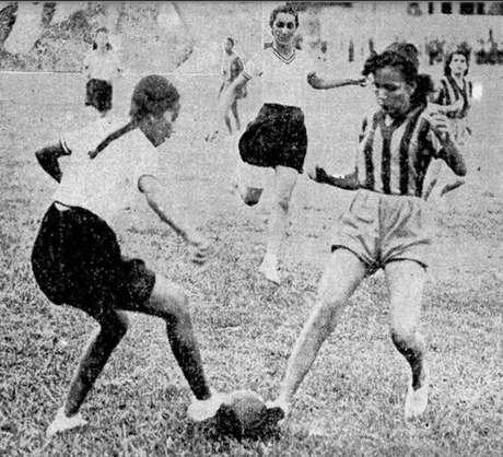 Jogo de futebol feminino na década de 30.