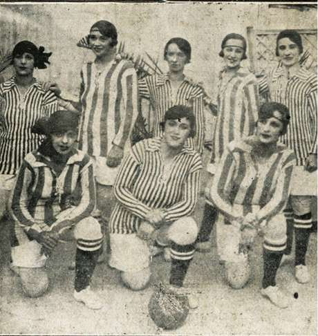 Time de futebol feminino posando para foto.
