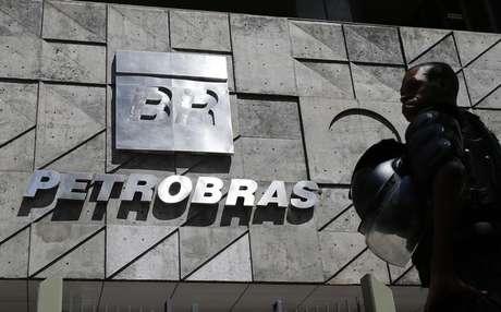 Logo da Petrobras na sede da estatal no Rio de Janeiro, Brasil 04/03/2015 REUTERS/Sergio Moraes (BRAZIL - Tags: ENERGY POLITICS BUSINESS LOGO)