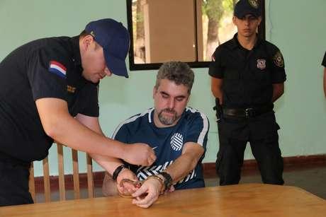 O traficante Marcelo Piloto sob custódia da polícia paraguaia