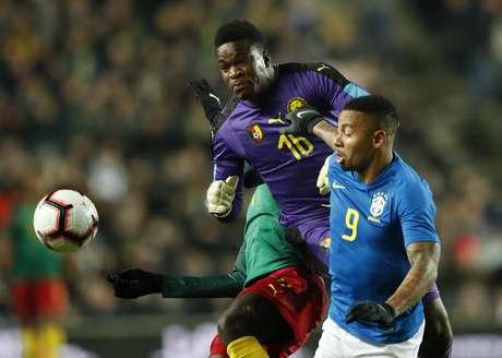 Gabriel Jesus disputa bola com camaroneses