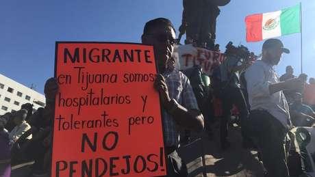 'Migrantes, em Tijuana somos hospitaleiros e tolerantes, mas não somos idiotas', dizia um cartaz de protesto