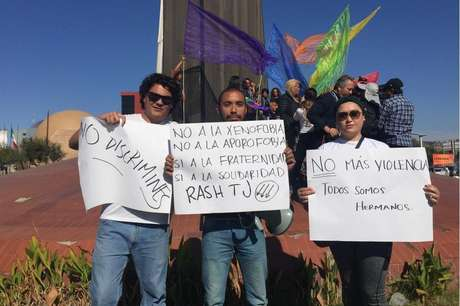 Apesar da evidente rejeição, dezenas de moradores saíram às ruas para condenar os atos que consideram racistas