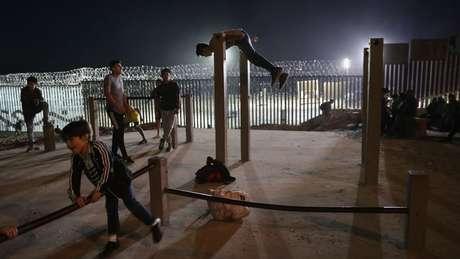 A estimativa é de que cerca de 10 mil migrantes tenham chegado a Tijuana