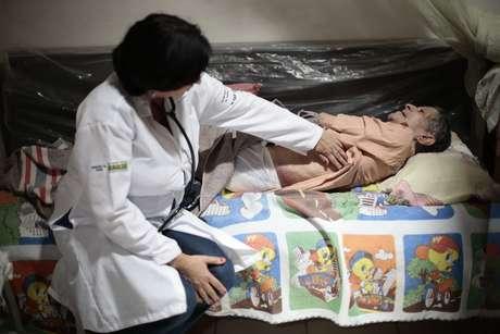 Médica cubana atende paciente em casa na cidade baiana de Itiúba, em 2013