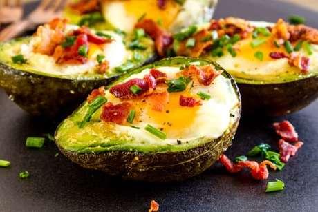 Abacate com ovo e bacon