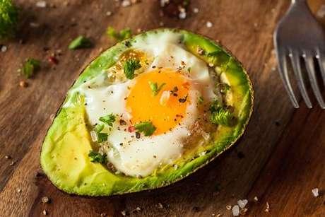 Abacate com ovo assado