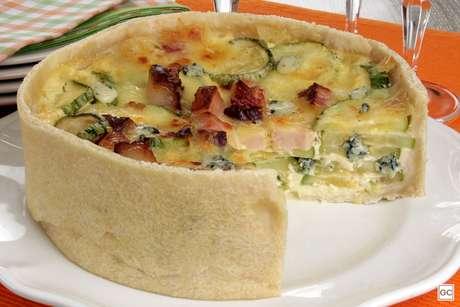 Torta de abobrinha, queijos e bacon