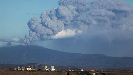 Em 2010, uma erupção do vulcão Eyjafjallajökull, na Islândia, gerou cinzas que cobriram vários quilômetros da atmosfera, o que levou ao fechamento do espaço aéreo em várias partes da Europa. No ano de 536 d.C, uma erupção provocou fome e queda de temperaturas na Europa, Oriente Médio e parte da Ásia