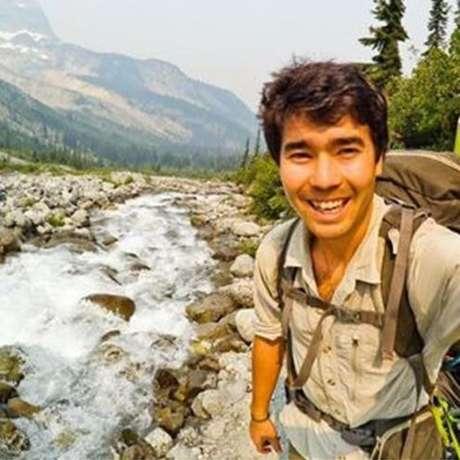 No Instagram, @johnachau descrevia a si mesmo como 'um sobrevivente de picada de cobra' e 'paramédico da natureza selvagem'