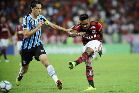 Vitinho é marcado por Geromel em Flamengo x Grêmio