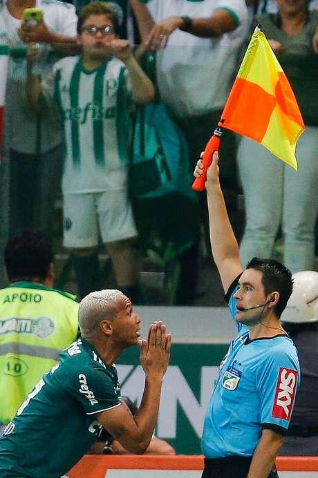Deyverson reclama de gol anulado pelo Palmeiras