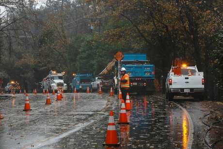 Funcionário trabalha para reparar danos causados por incêndio florestal em Paradise, Califórnia 21/11/2018  REUTERS/Elijah Nouvelage