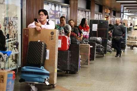 """Movimentação no Aeroporto Internacional de Brasília (DF): médicos cubanos do programa """"Mais Médicos"""" embarcam em retorno a Cuba"""