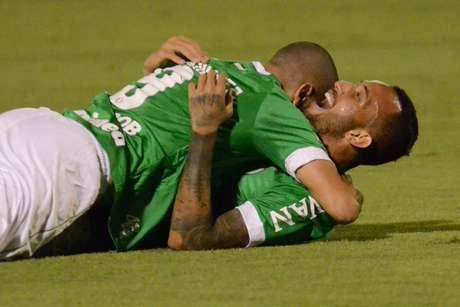 Leandro Pereira comemora gol pela Chapecoense