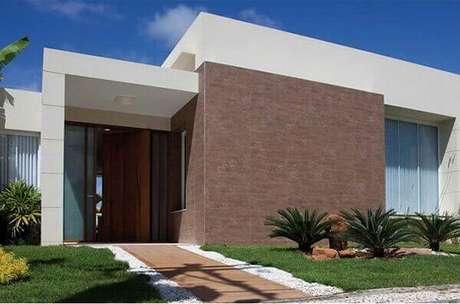 10- No revestimento de parede externa você pode substituir a madeira por porcelanato de padrão amadeirado. Fonte: Construindo Decor