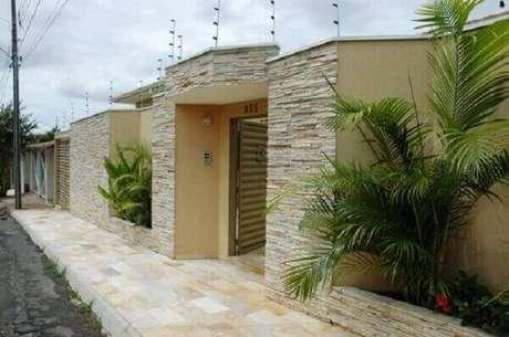 12- O revestimento de parede externa com pedra canjiquinha é muito utilizado para fachadas e muros de residências. Fonte: Decorando Casas