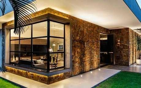7- O revestimento de pedras naturais é valorizado pela iluminação noturna. Fonte: Revest Home Decor