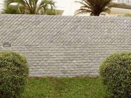 8- O revestimento de parede externa utiliza pedras naturais no muro. Fonte: Fórum da Construção