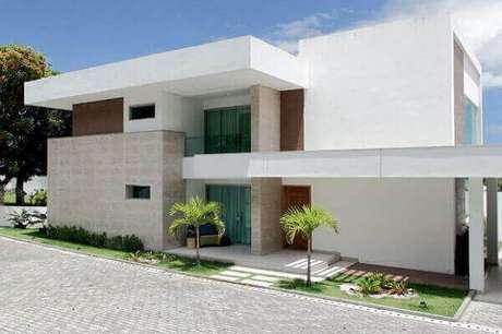 15- O revestimento de parede externa com porcelanato pode ser usado para realçar os traços arquitetônicos do imóvel. Fonte: ConstruindoDecor