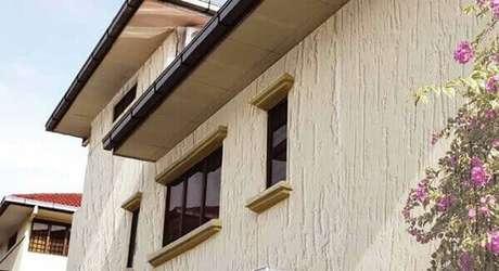 4- O revestimento de parede externa como a tinta texturizada é bonito e tem custo baixo. Fonte: ConstruindoDECOR
