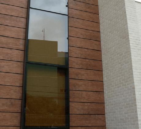 6- Na fachada do imóvel o revestimento de parede externa com madeira foi aplicado em faixas. Fonte: Vai com Tudo