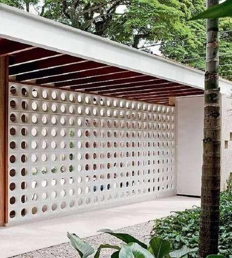 11- Revestimento de parede externa com cobogós é uma ótima alternativa para muros. Fonte: Lopes
