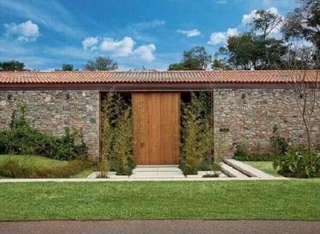 9- O revestimento de parede externa de pedra na fachada confere a residência sofisticação e beleza. Fonte: Casa e Construção