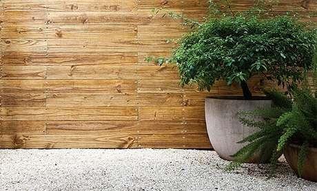 5- O revestimento de parede externa com madeira valoriza o muro. Fonte: Casa Abril