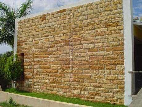 19- O revestimento de parede externa em pedra, tijolinho e granito são resistentes e duráveis. Fonte: Decorando Casas