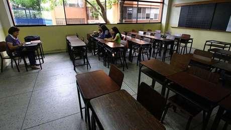 A chegada de estudantes estrangeiros vai na contramão de venezuelanos que fogem da crise no país