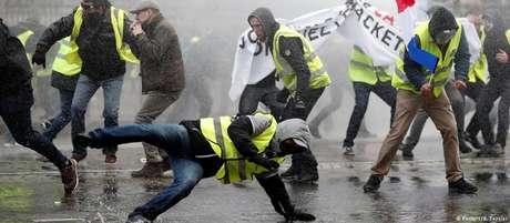 Coletes amarelos se tornaram símbolo dos recentes protestos contra o governo