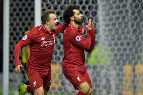 Shaqiri corre para abraçar Salah, autor do primeiro gol da partida (Foto: Olly Greenwood / AFP)